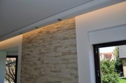 Indirektes Licht mit Lichtvoute vor Steinwand