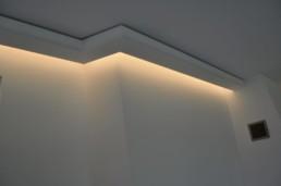 Indirektes Licht mit Lichtvoute an Kamin
